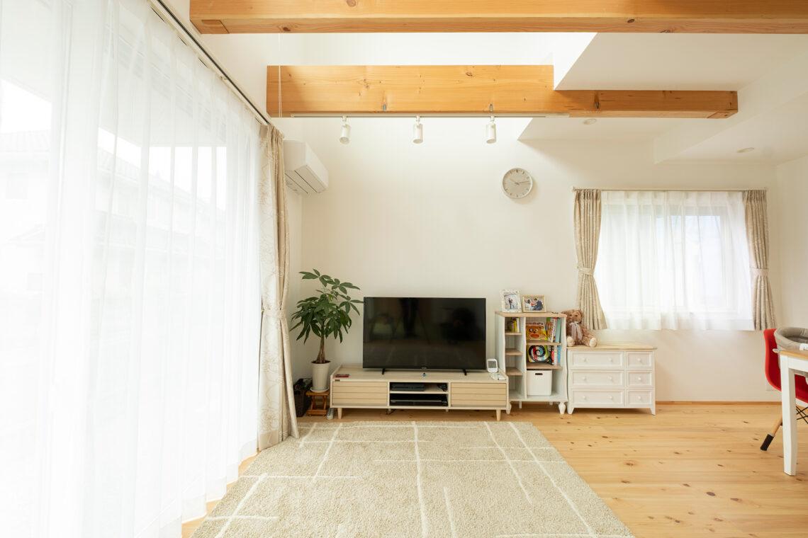 吹き抜けリビングで開放感抜群の自然素材の家